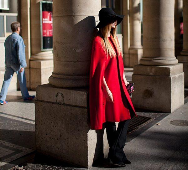 Модница в красном пальто