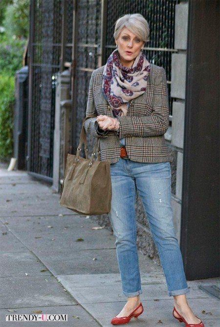 Жакет из твида и рваные джинсы на женщине 50-60 лет