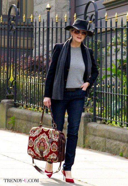 Красные туфли, джинсы, жакет на женщине 50-60 лет