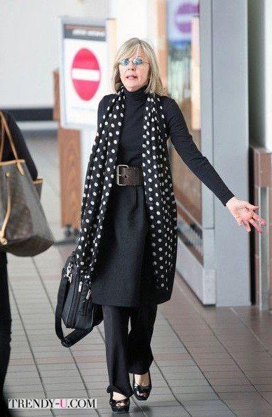 На Дайане: черное-платье рубашка и шарф в горох