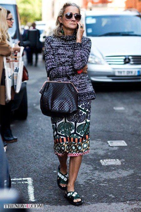 Свитер, юбка и стильная сумка из перфорированной кожи