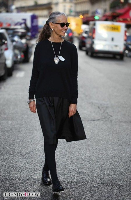 Линда Райт в черной пышной юбке, черном свитере и оксфордах