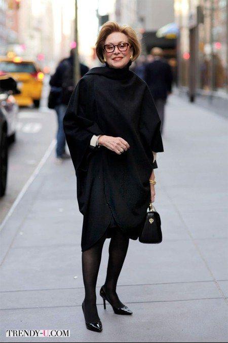 Элегантно одетая женщина. И элегантно обутая