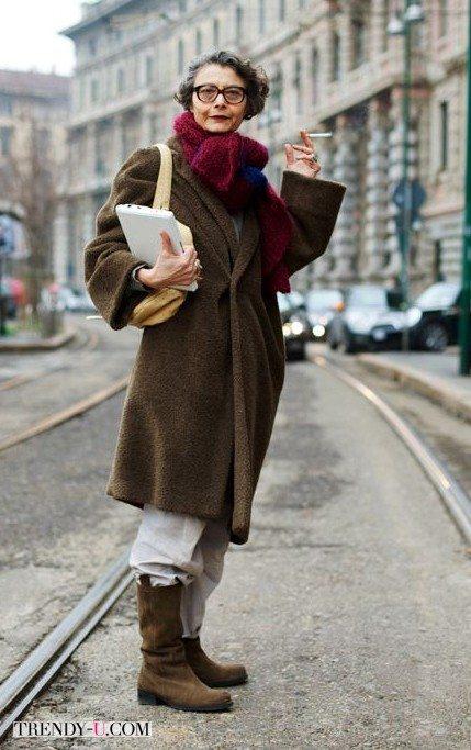 Модница элегантного возраста в пальто оверсайз