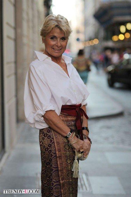 Женщина элегантного возраста в белой рубашке оверсайз