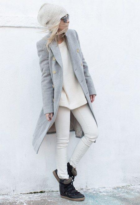 Светло-серая шапка и серое пальто