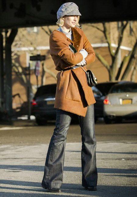 Модница в кепке и дубленке