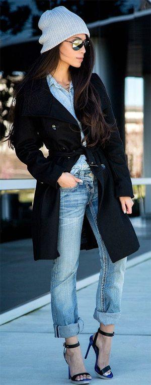 Вязаная шапка бини цвета серенити в сочетании с черным пальто