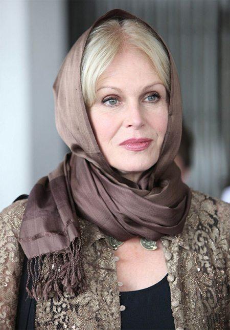 Красивая женщина среднего возраста в головном уборе
