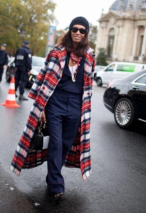 На Вивиане пальто в клетку, темно-синий аутфит и солнечные очки