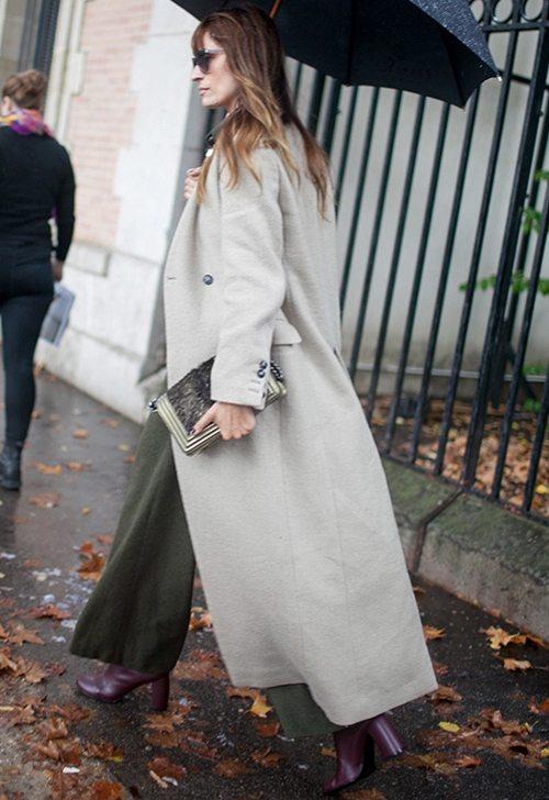 Каролин де Мегре в пальто оверсайз и ботильонах цвета марсала