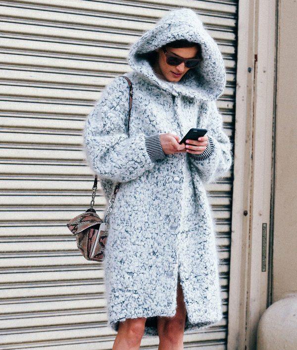Серое пальто оверсайз для яркого лука