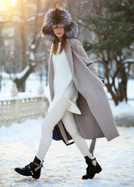 Меховая шапка в сочетании с пальто