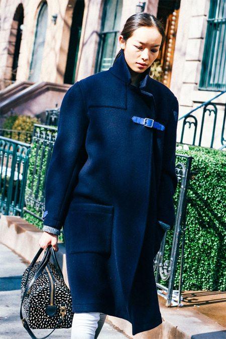 Синее пальто оверсайз и спортивная сумка