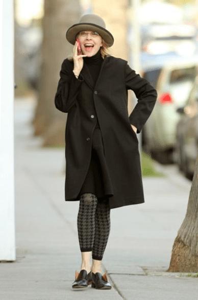 Дайан Китон в черном пальто