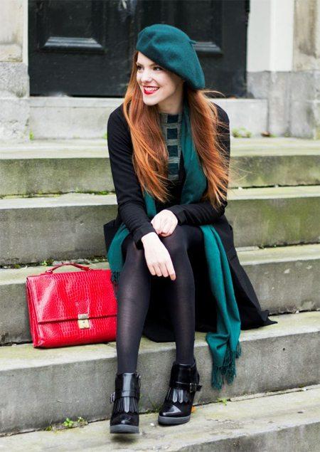 Черное пальто или плащ в сочетании с зеленым беретом