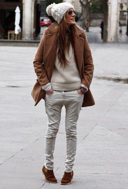 Вязаная шапка с помпоном и пальто