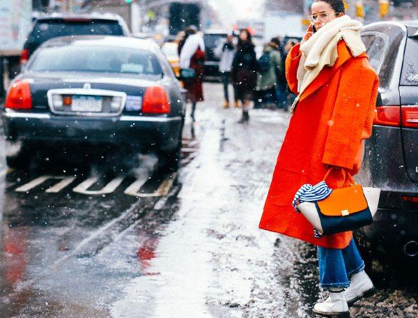 Оранжевое пальто оверсайз в сочетании с джинсами и кроссовками