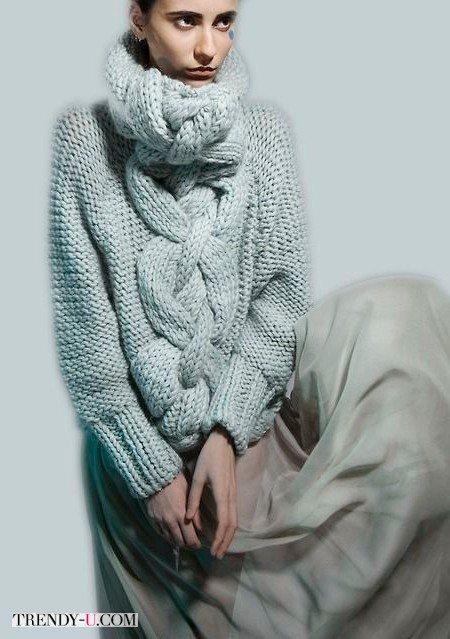 Свитер вязаный на спицах, в стиле оверсайз, в сочетании с юбкой из фатина