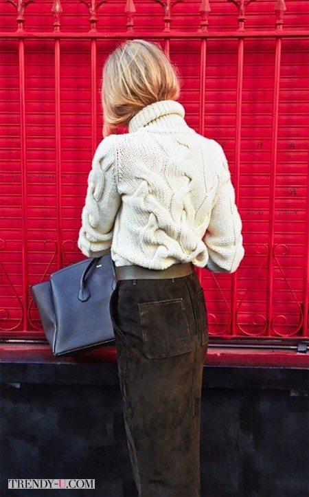 Белый объемный вязаный свитер и замшевая юбка-карандаш