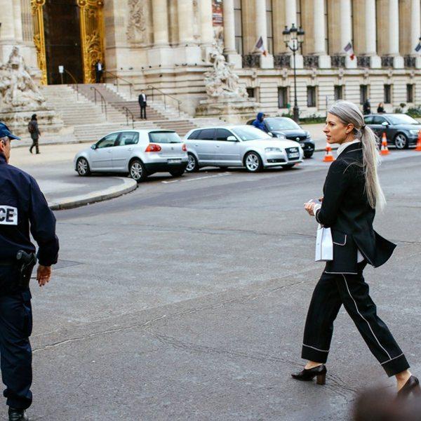 Сарра Харрис в черном брючном костюме