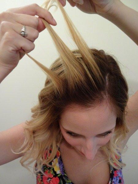 Возьмите часть волос ото лба, разделив ее на три пряди