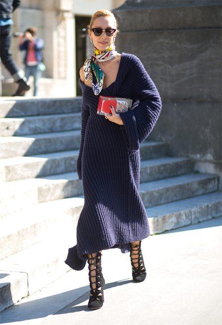 Шелковый шейный платок на уличной моднице