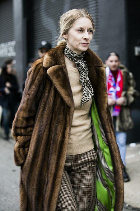 Уличная модница среднего возраста