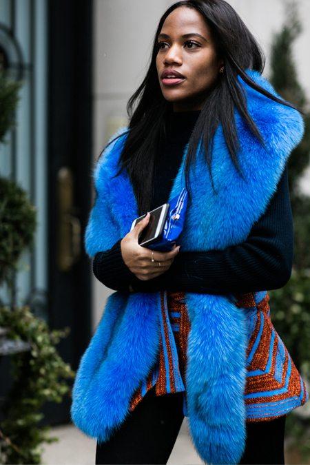 Ярко-синий меховой шарф на уличной моднице
