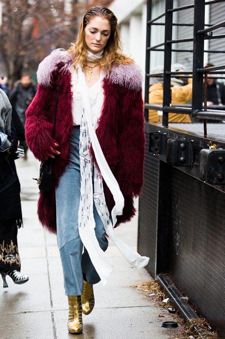 Шелковый шарф, шуба из искусственного меха, джинсы с высокой талией