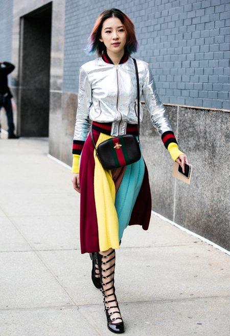 Куртка-бомбер цвета металлик, туфли-гладиаторы и юбка плиссе