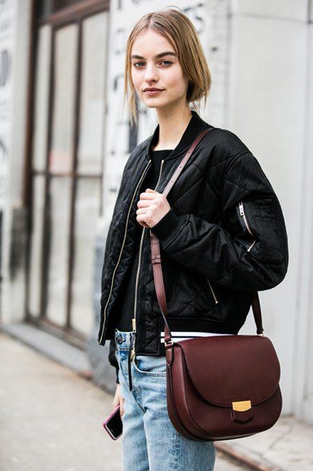 Куртка-бомбер и джинсы: просто, но со вкусом