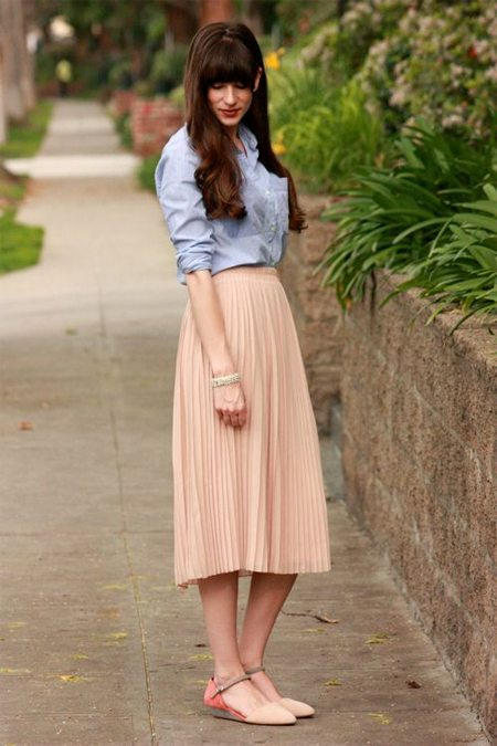Образ в пастельных тонах: юбка плиссе цвета беж и голубая рубашка