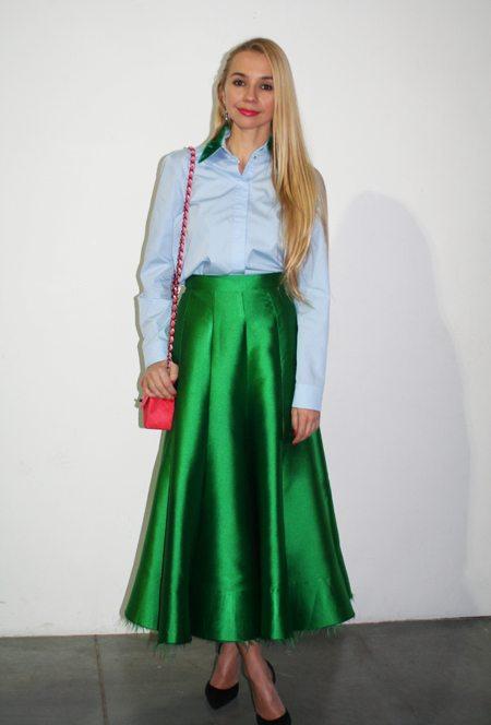 Зеленая юбка А-силуэта в сочетании с рубашкой