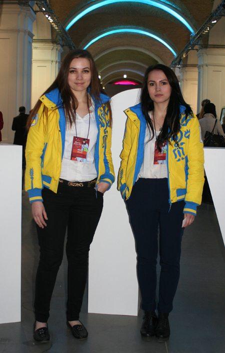 Координаторы Украинской недели моды носят жовто-блакитне