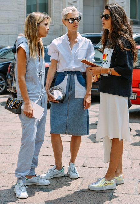 Белые кроссовки на уличных модницах