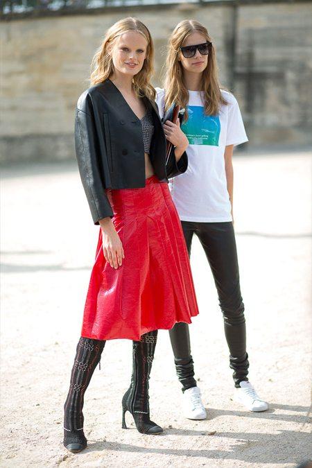 Красная юбка в крупную складку в сочетании с кожаным жакетом