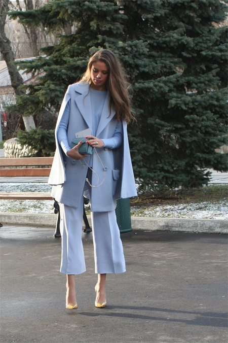 Модница в комплекте цвета серенити