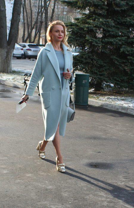 Голубое пальто на украинской моднице