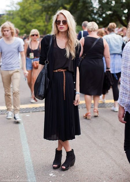 Стильный look: черная плиссированная юбка, блузка, кардиган