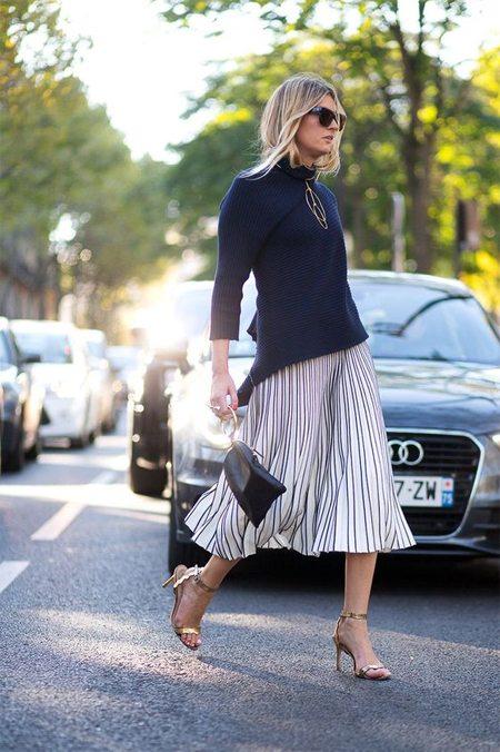 Серая юбка плиссе на уличной моднице