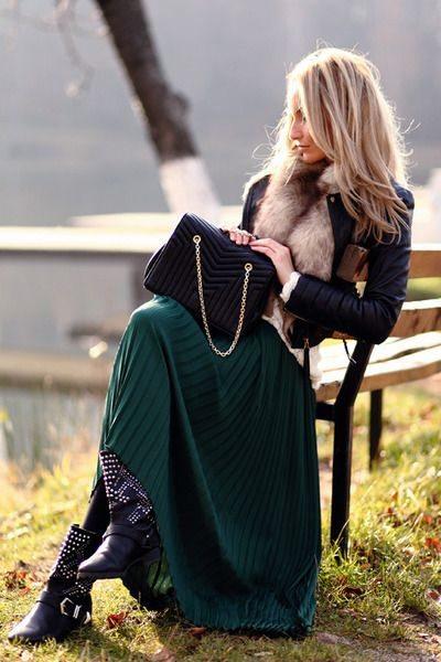 Зеленая юбка плиссе в сочетании с жакетом с меховым воротником