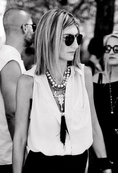 Удачный образ для женщины среднего возраста: белая блузка без рукавов с массивными украшениями