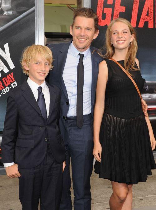 Итан Хоук с детьми Майей Рэй и Левоном Роэном