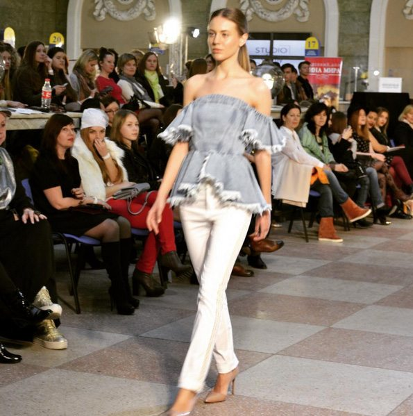 Открытые плечи и деним - must have летнего гардероба в коллекции Дарьи Чуприной