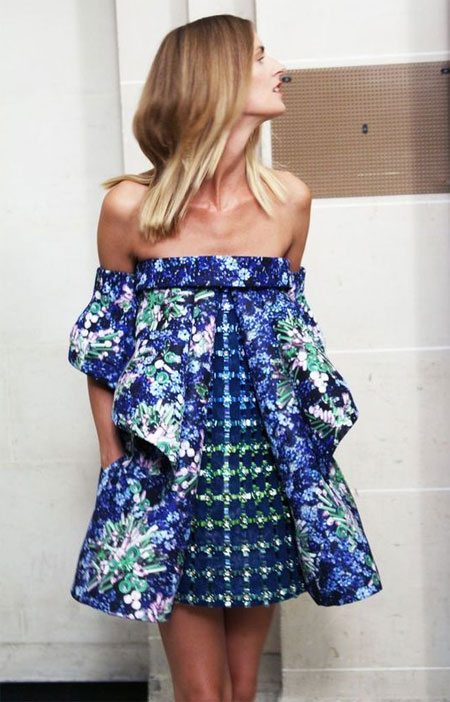 Летнее платье с цветочным принтом и с открытыми плечами