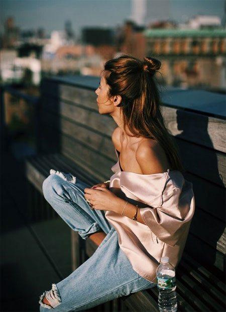 Шелковая блузка с открытыми плечами в сочетании с джинсами-бойфрендами
