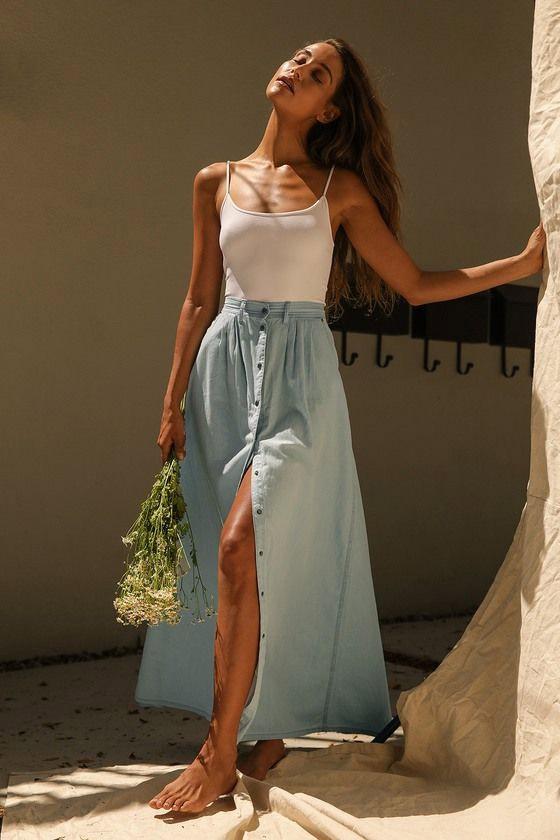 Голубая юбка из тонкого денима для образа в стиле бохо