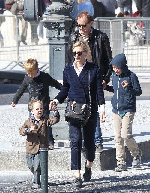 Семья Кейт Бланшетт на прогулке