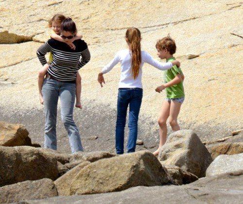 Летиция Каста с детьми: фото с отдыха на побережье Корсики